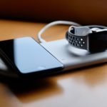 写真:Apple Watch と iPhone を置いた状態